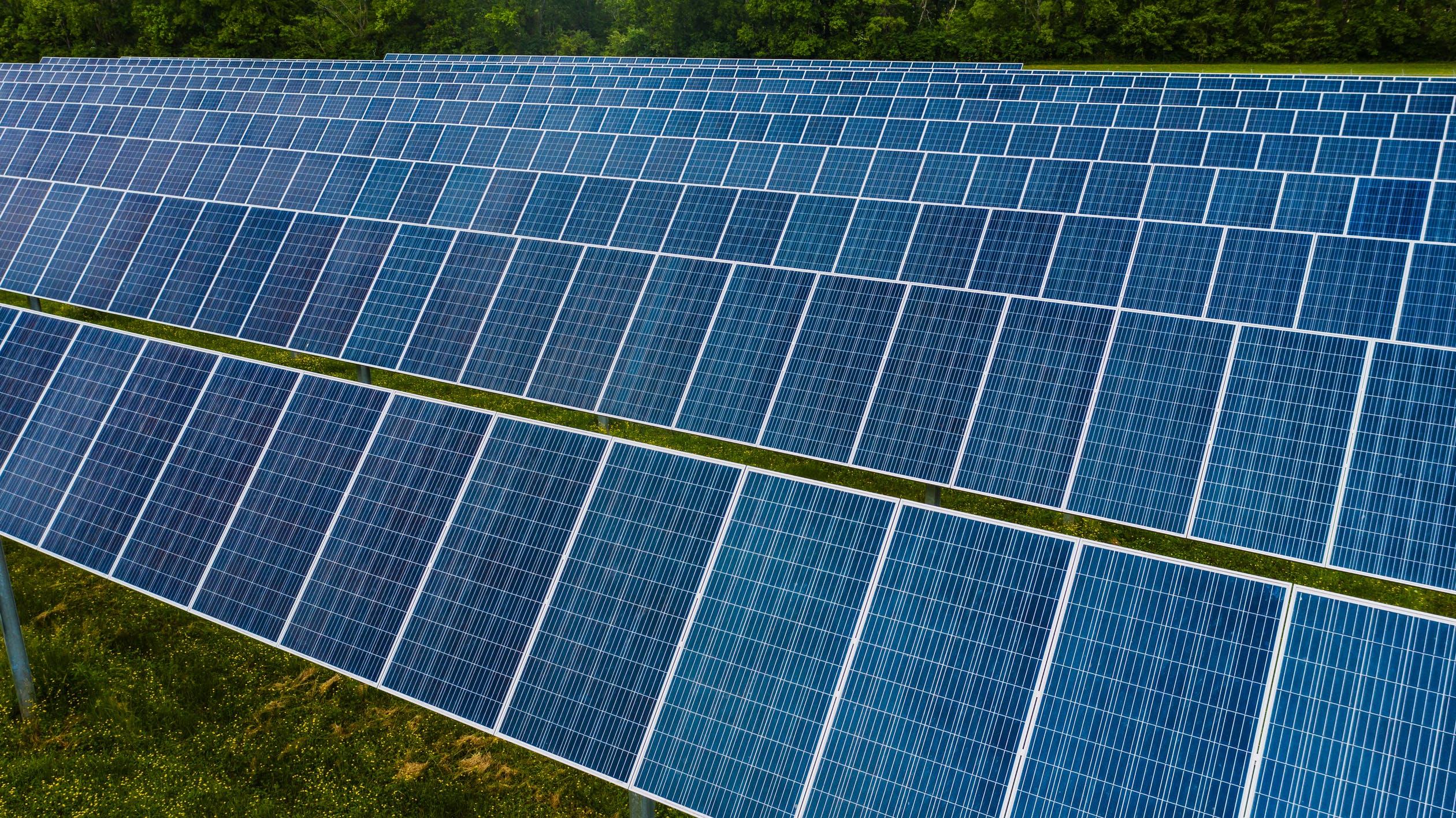 Los paneles solares solo funcionan con el sol